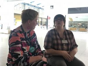 Mari Kaari från Palkeet och Päivi Kekki från Lantmäteriverket utbyter erfarenheter om lean-metoden.